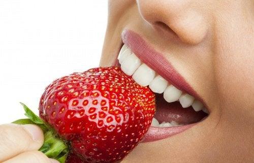 Клубника поможет удалить зубной налет