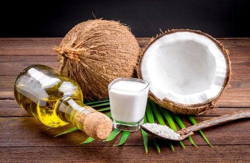 Кокосовое масло поможет выпрямить волосы