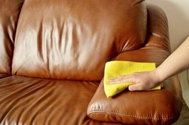 Удалить пыль и придать мебели блеск