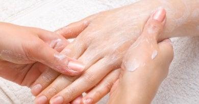 Вазелиновая мазь для смягчения кожи рук