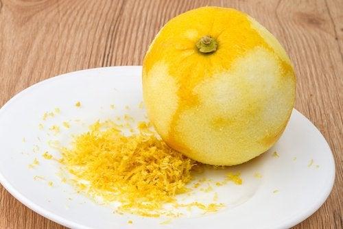 Кожура лимона смягчает кожу стоп