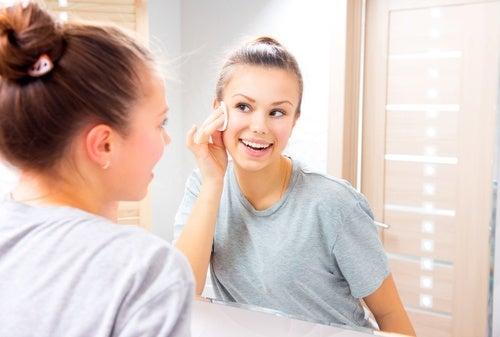 Используй вазелиновую мазь для снятия макияжа