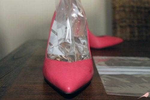 Пакет со льдом также отлично растянет узкую обувь
