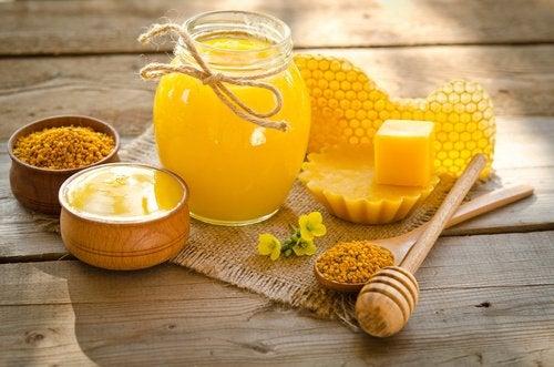Обязательно добавь в крем для рук пчелиный воск
