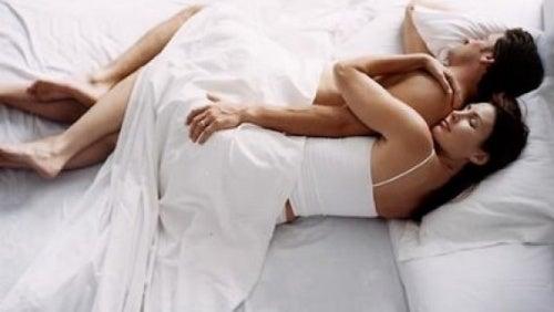 Позы для сна на боку