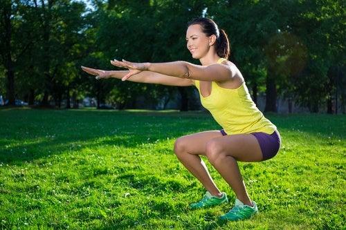 Приседания укрепляют мышцы ног