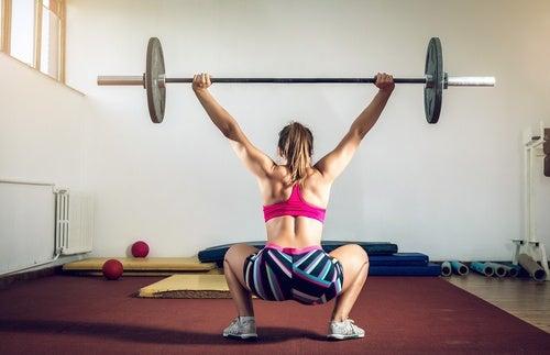 Приседания сумо укрепляют мышцы ягодиц и бедер
