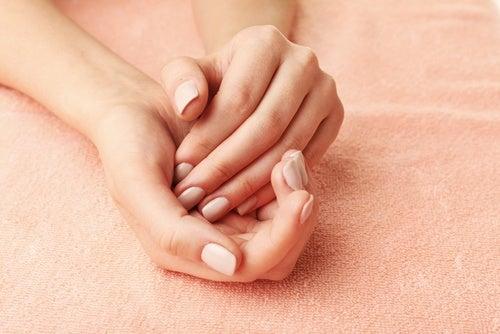 Руки и гигиеническая помада