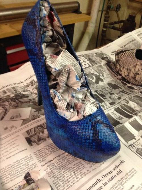 Разносить обувь быстрее помогут газеты и спирт
