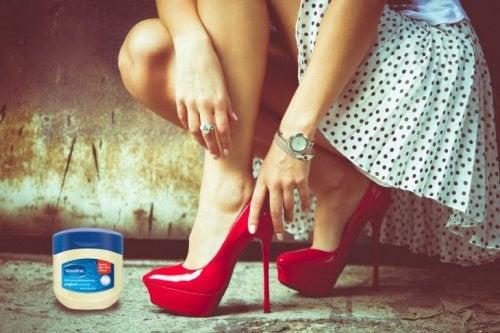 Вазелин поможет разносить обувь