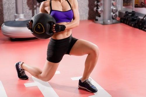 Выпады укрепляют четырехглавые мышцы бедер и ягодиц