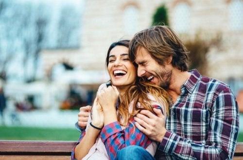 Обсуждать с партнером отношения полезно для счастья