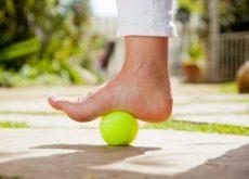 Теннисный мяч поможет если у вас плантарный фасциит