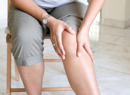 С чем может быть связана боль в руках и ногах?
