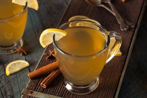 Сок с яблоками медом и пряностями