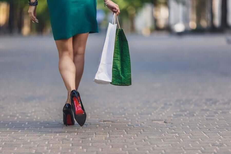 Девушка идет по магазинам