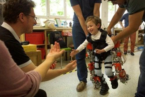 Этот экзоскелет позволит детям с параличом снова ходить