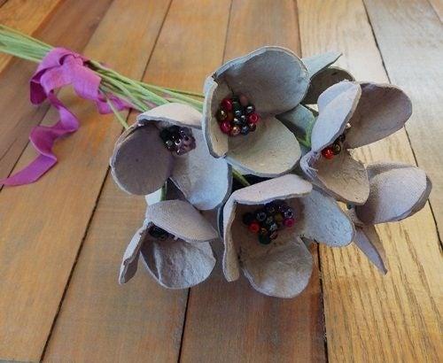 Коробки из-под яиц и цветы