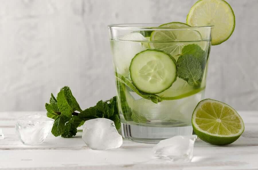 Огуречная вода и лайм