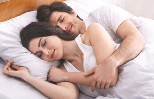 4 лучших позы для сна с партнером!