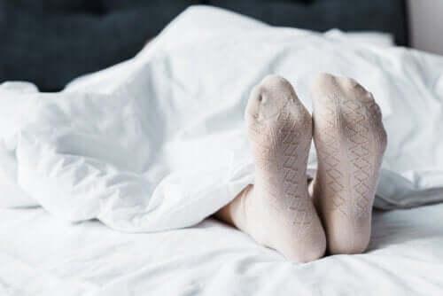 Лучше спать в носках, правда?