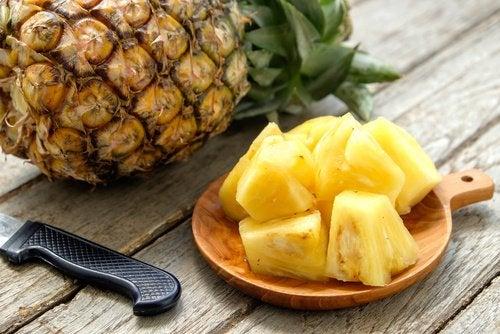 Ананас и смузи из ананаса