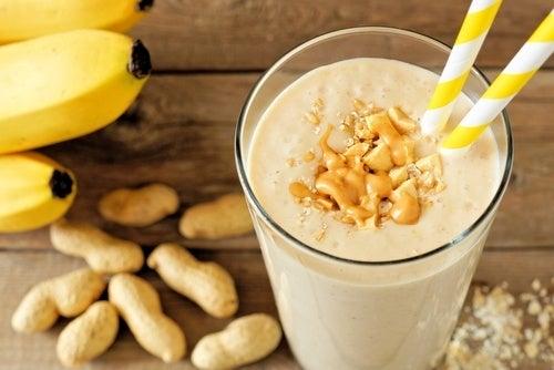 Коктейль из банана и арахиса