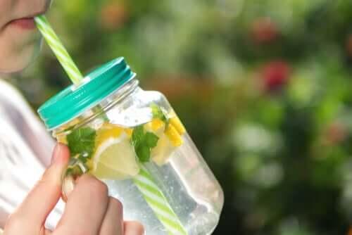 Человек пьет лимонную воду