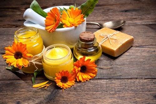 Календула и пчелиный воск способствуют заживлению шрамов
