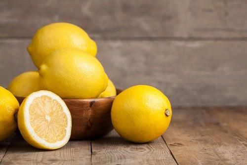 Лимон и напиток из куркумы