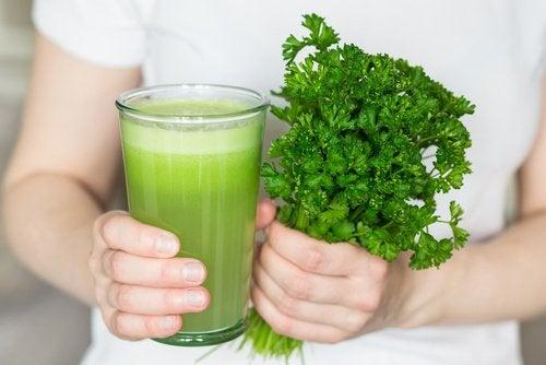 Этот натуральный напиток поможет устранить неприятный запах тела и изо рта