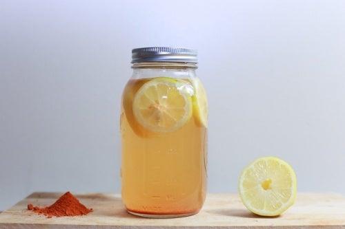 Похудеть и улучшить пищеварение? Легко: приготовьте напиток из лимона и куркумы!