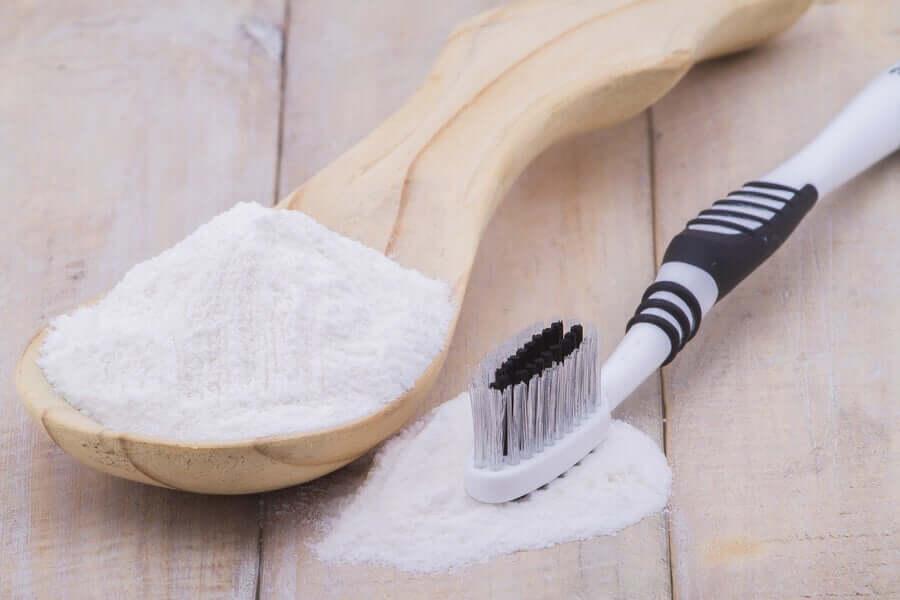 Сода и зубная щетка