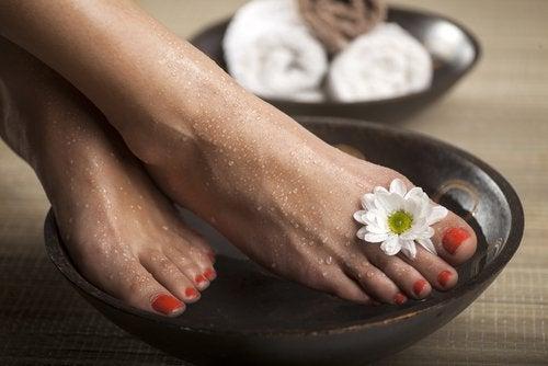 Отёкшие лодыжки и ванночка с солью