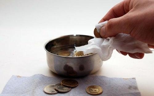 Использовать кока-колу чтобы чистить монеты