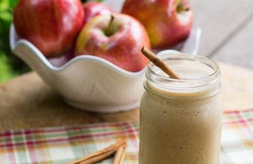 Яблоко и яблочный коктейль