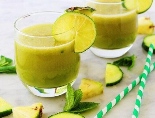 Яблоко ананас мята и лимон