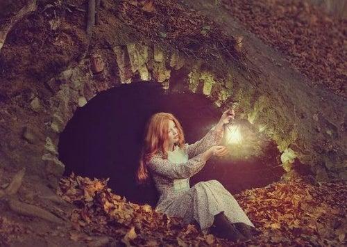 Женщина с фонарем и недостатки