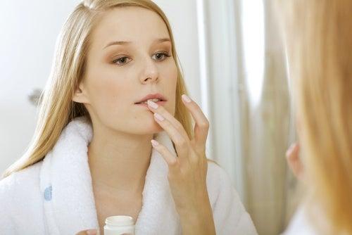 Снятие макияжа с губ