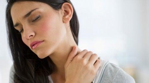 Нарушения работы щитовидной железы: дискомфорт в области шеи