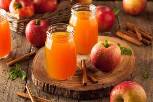 Яблочный сок с корицей