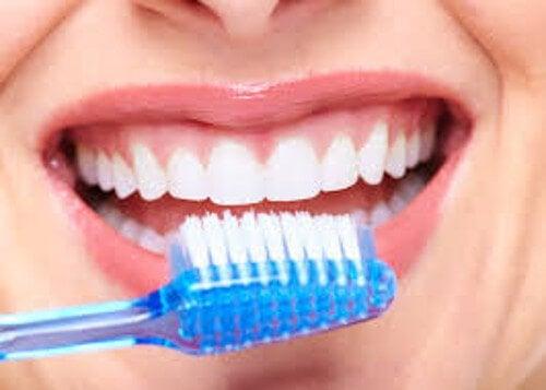 Пищевая сода отлично отбеливает зубы