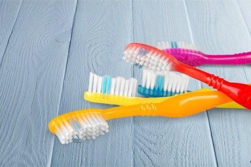 Старая зубная щетка поможет убрать пыль