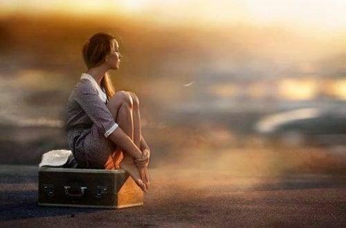 Женщина на чемодане ждет