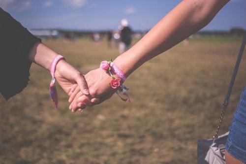 Держаться за руки и нравиться друг другу