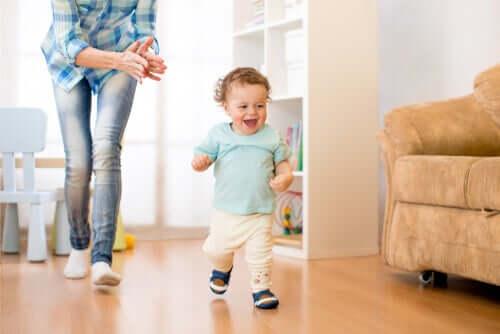 Счастливые дети бегают и кричат