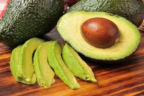 Авокадо отлично насыщает и выводит насыщенные жиры из организма