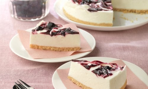 Как приготовить легкий торт из йогурта и черники?