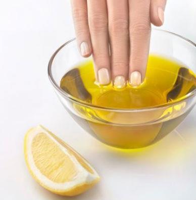 Массируем руки с оливковым маслом