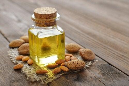 Миндальное масло отлично защищает и увлажняет волосы
